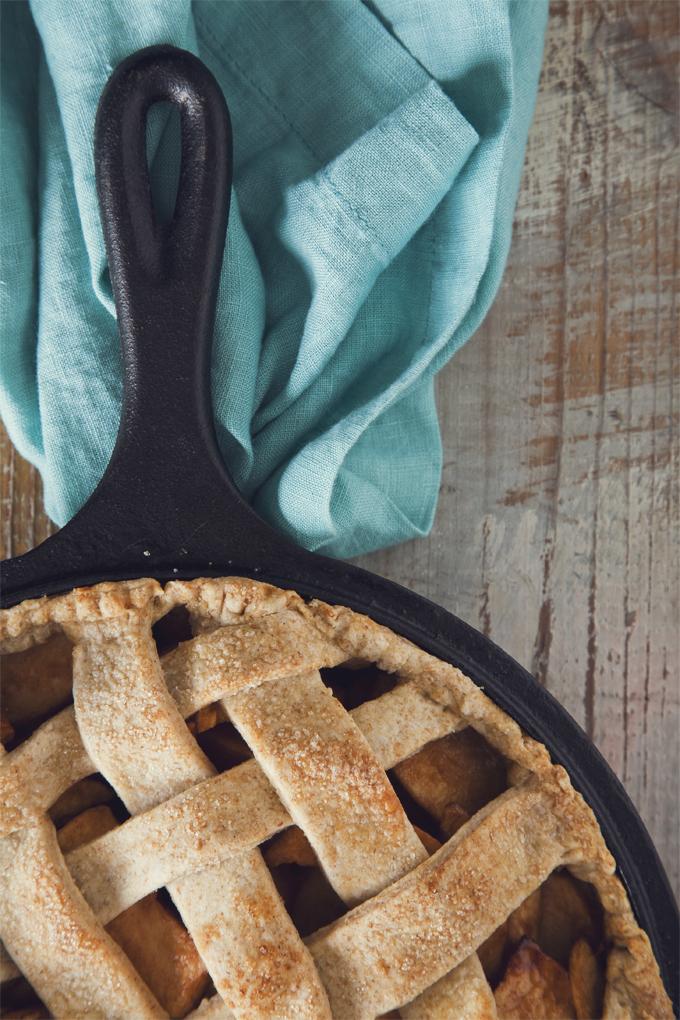 Rustic Skillet Apple Pie (Vegan) | picklesnhoney.com