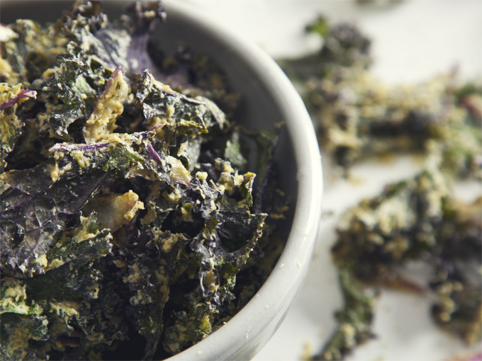 Crave-Worthy Cool Ranch Kale Chips (Vegan & Gluten-Free, Raw Option) | picklesnhoney.com