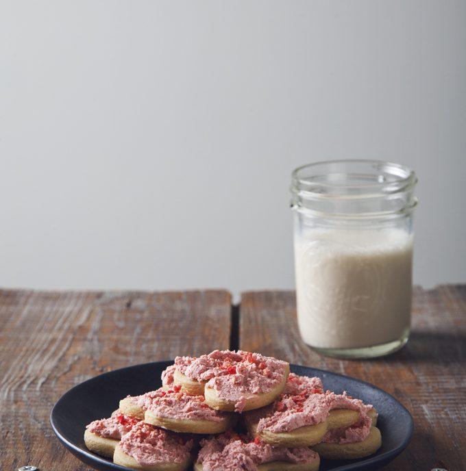 1 Bowl Frosted Vegan Sugar Cookies | picklesnhoney.com