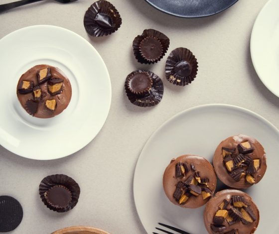 No-Bake Mini Peanut Butter Cup Vegan Chocolate Cheesecakes | picklesnhoney.com