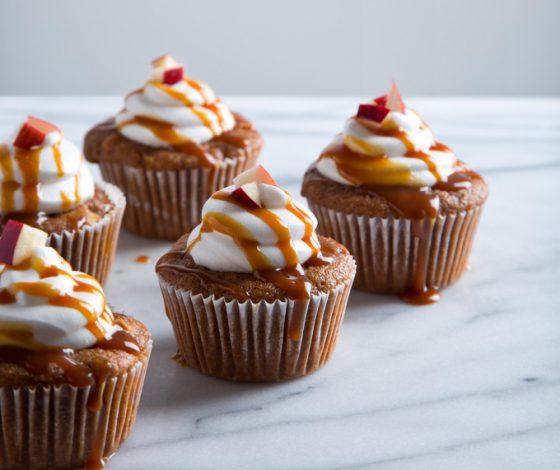 Vegan Caramel Apple Cupcakes with Aquafaba Marshmallow Frosting | picklesnhoney.com #recipe #caramel #apple #cupcakes #vegan