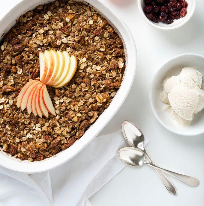 Easy Cardamom Apple Crisp (Vegan, Gluten-Free & Paleo!) | picklesnhoney.com #vegan #applecrisp #dessert