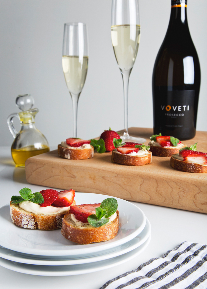 Strawberry, Mint & Cashew Cheese Crostini | picklesnhoney.com #vegan #crostini #recipe #happyhour #prosecco