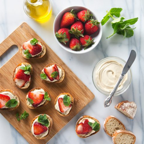 Strawberry, Mint & Cashew Cheese Crostini   picklesnhoney.com #vegan #crostini #recipe #happyhour #prosecco