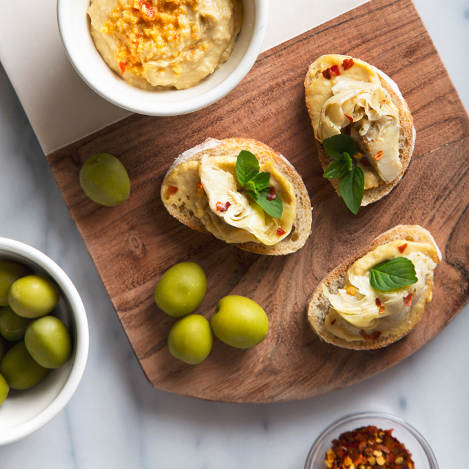 Artichoke Crostini with Hummus | picklesnhoney.com #appetizer #artichoke #crostini #recipe