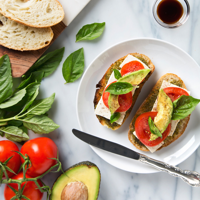 Vegan Caprese Grilled Cheese Sandwich | picklesnhoney.com #vegan #caprese #sandwich #grilled #recipe #lunch #dinner