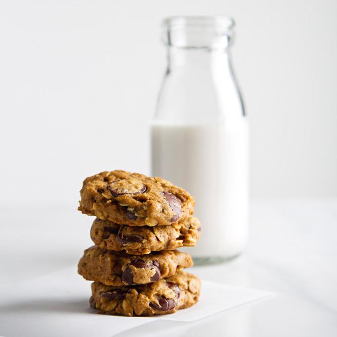 Pumpkin Oatmeal Chocolate Chip Cookies | picklesnhoney.com #pumpkin #vegan #cookies #recipe #dessert #fall